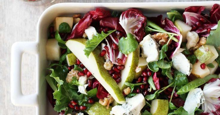 Moderni salaatti joulusesonkiin valmistuu helposti granaattiomenansiemenistä, päärynästä, sinihomejuustosta ja värikkäistä salaateista. Ripottele mukaan saksanpähkinöitä ja tee kastikkeeksi nopsa vinaigrette.
