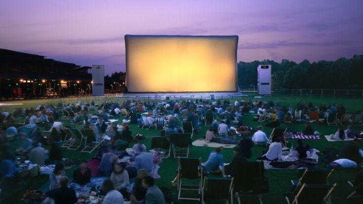 Cinéma en plein air | La Villette  /// se rassembler en extérieur/ s'ouvrir aux autres/ utiliser l'espace public sur une durée et non de passage