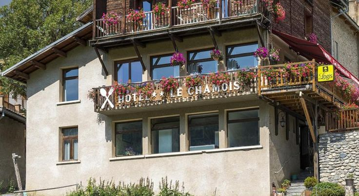 Hotel Le Chamois Molines-en-Queyras Located in the heart of the Regional Natural Park of Queyras, Le Chamois welcomes you in a small mountain village, at the starting point of cross country ski trails.