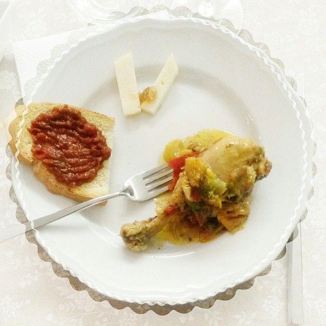 La cena di questa sera: pollo con i peperoni, pane bruschettato con friggione e formaggio con marmellata di cipolla rossa, tutto preparato con amore da @nonnarenata71 e dalle sue bravissime assistenti @enricalazzarini e @binbaa - Instagram by lanuvolettadivivienne