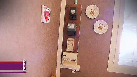 Les installations électriques de votre cuisine sont trop apparentes? Vous souhaitez les dissimuler pour mieux optimiser la décoration de cette pièce? Avez-vous pensé à fabriquer vous-même un coffrage? Dans cette vidéo, Gilles, expert bricolage pour l'émission Déco, vous montre la technique pour cacher un compteur électrique avec un coffrage en bois. L'idée est alors de fabriquer un genre de boîte fixée au mur avec une ouverture aimantée. Pour ce faire, vous avez besoin de planches, de…