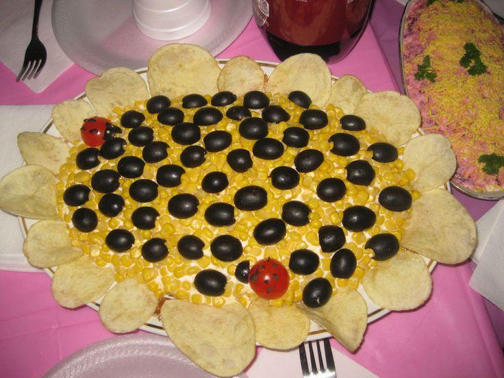 Подсолнух Sunflower Salad (see below) 1.вареная курица 2.грибы жареные 3.помидоры,резанные кубиком 4.крабовые палочки 5.майонез 6.белки 7.тертый сыр 8.желтки (или кукуруза) сделать сетку из майонеза, и в каждую клетку положить оливку))по кругу выложить чипсы (message me for recipe in Eng)
