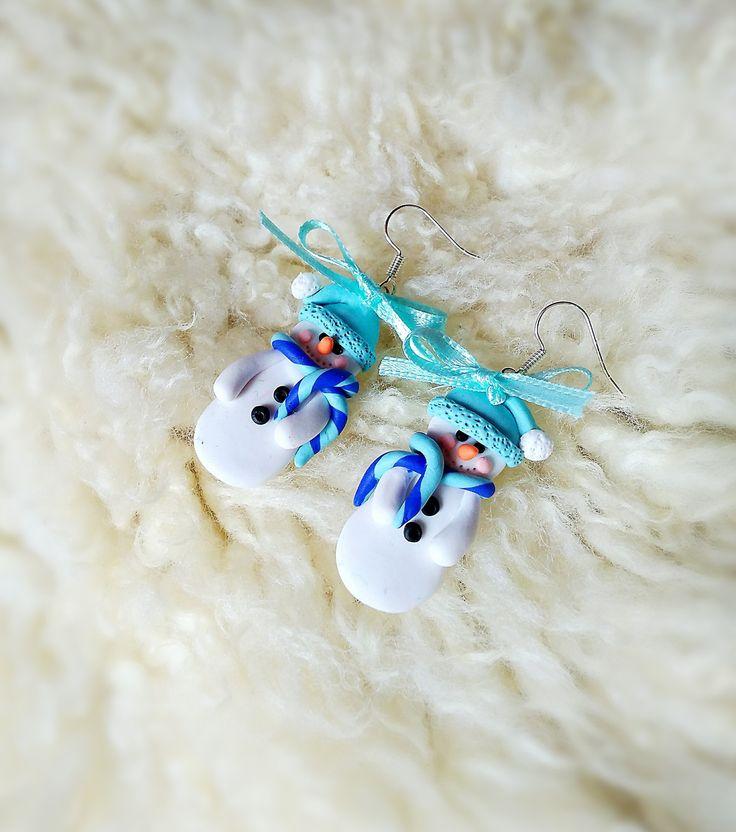 Snowmeni+-+náušnice+Náušnice+z+polymerové+hmoty,+mají+přibližne+3,5+cm.+Chcete+být+originální+na+Vánoce?+Náušnice+ve+tvaru+sněhuláků+Vám+originalitu+zaručí+;)