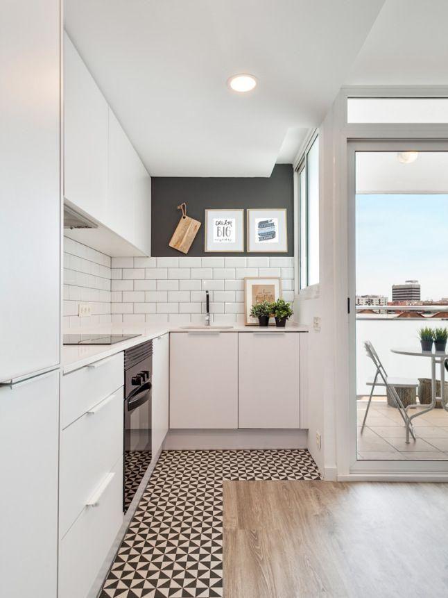 O piso quebra o predomínio do branco. http://www.decorfacil.com/55-cozinhas-em-l/