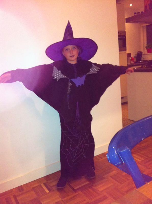 Heksenoutfit voor die kleine vriendelijke heks die naast mijn moeder woont. We hebben haar moeders jurk veranderd en fleece cape voor zien van spinnenwebben en batmans en een hele grote spin met 8 poten
