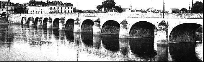 Le pont Cessart, côté aval, vers 1920. Saumur
