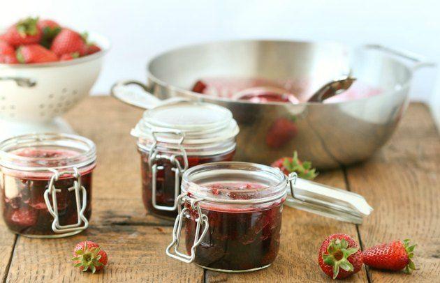 Kryddereddiker, olier eller marmelade som tilbehør til maden til festerne.