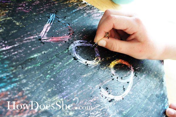 Je kleurde je papier met allerlei kleuren wasco, die bedekte je met zwarte wasco. Met een scherp voorwerp tekende je in het zwart en dan kwam er een kleurige tekening tevoorschijn. Ik vond het net toveren, want je wist nooit precies welke kleur tevoorschijn kwam.