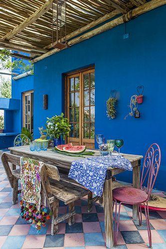 Una hermosa galeria con techo de cañas, y un azul en la pared muy contrastante. Fuente:Revista Living #decoracion