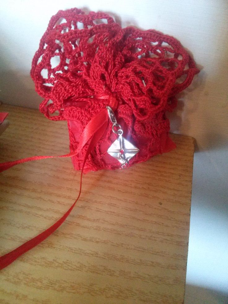 ed ecco la bomboniera realizzata con un piccolo regalo che rappresenta il cappello di laurea in architettura.