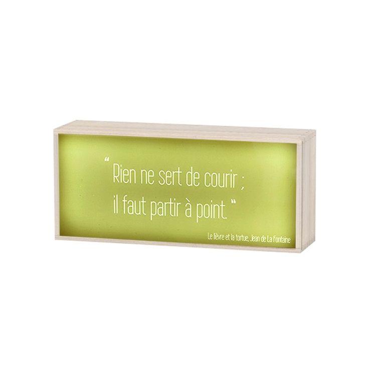 """Labiche, Hugo, Corneille, Molière illuminent votre intérieur avec ces boîtes lumineuses à citation. Ici, c'est Jean de la Fontaine qui est à l'honneur avec cet extrait du Lièvre et la tortue : """" Rien ne sert de courir ; il faut partir à point """"."""