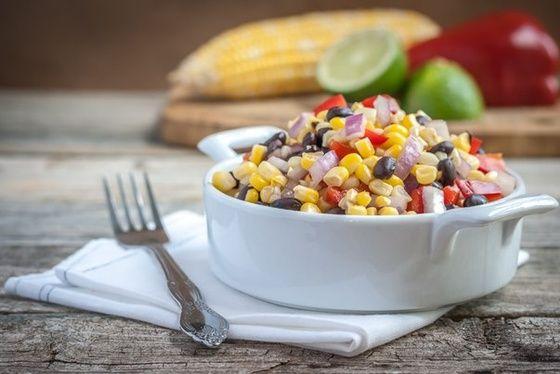 Юго-западный салат с черной фасолью и кукурузой