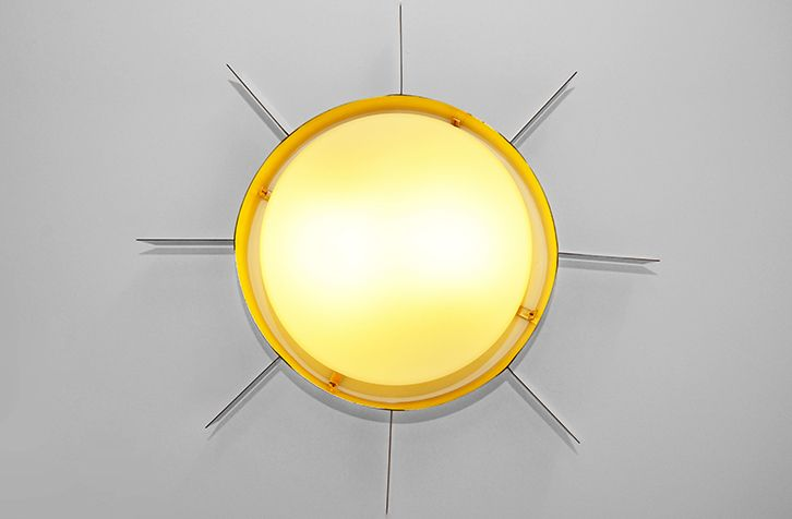 Sole di Gio Ponti. Struttura in ottone e plafoniera in vetro soffiato opalino.