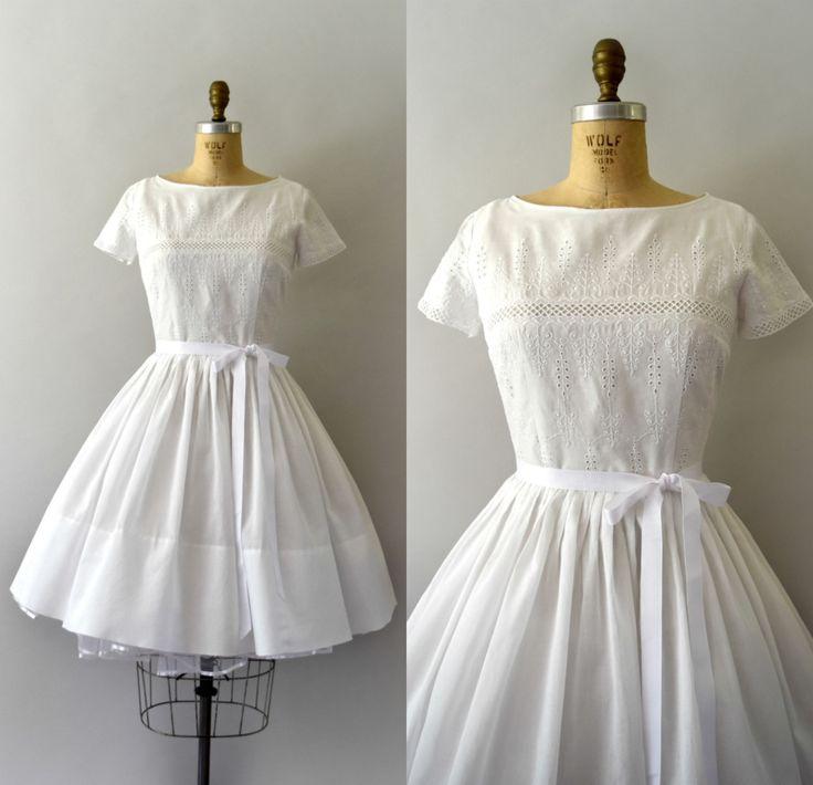 Vintage jaren 1950 jurk, mooie witte geborduurde oogje katoen lichaam, gemonteerd bodice, korte mouwen, scoop nek, ingerichte taille, zeer volledige rok, verborgen terug metalen rits afgetopt.  ---M E EEN S U R E M E N T S---  Pasvorm/grootte: Medium  Bust: 36 Taille: 27 Heupen: gratis Lengte: 38  Maker/merk: geen gevonden Voorwaarde: Uitstekende, ontbrekende oorspronkelijke riem.  - - - - - - - - - - - - - - - - - - - - - - - - - -  Instagram: sweetbeefinds Facebook: sweet bee vindt vintage