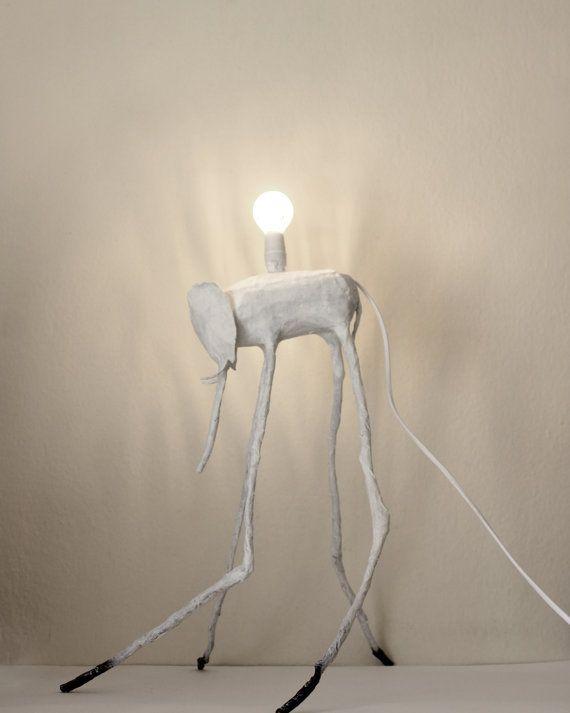 Lampadaire éléphant salvador dali surréaliste recyclé papier mâché blanc noir design moderne upcycled réaffecté