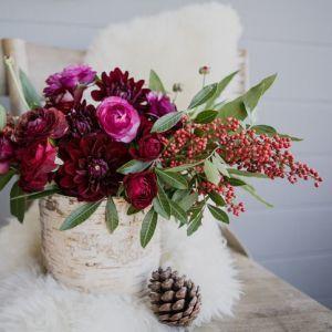 #Marsala #Christmas #Centerpiece #Flowers #DIY | Source: C&C Holiday