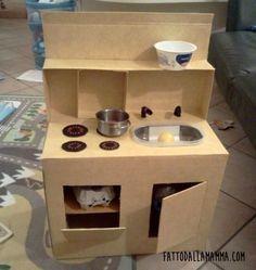Ecco come realizzare una mini cucina giocattolo in cartone! Per la mia bimba di 18 mesi ho deciso di costruire una cucina molto, ma molto, economica... così non piangerò troppo quando la distrugger...