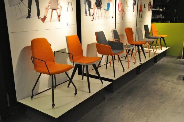 Oranje stoelen van Mobitec in Home Trade Center | Foto STIJLIDEE Interieuradvies en Styling