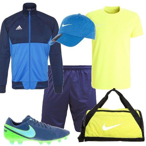 Look perfetto per le partite di calcetto con gli amici. Pantaloncini blu, maglietta gialla, giacca sportiva con zip blu. Scarpe da calcetto con tacchetti, borsa da sport gialla e infine berretto blu.