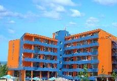 Hotel Amaris. Dit hotel heeft een perfecte ligging midden in het uitgaansgebied en dichtbij het strand.