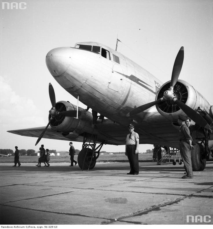Samolot pasażerski Polskich Linii Lotniczych LOT Lisunow Li - 2T na płycie lotniska Okęcie , 1955