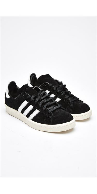 Sneaker fra Adidas Originals i college-stil fra 80'erne. Denne afslappede sko er fremstillet af ruskind og giver det klassiske look nyt liv med en ydersål i gummi og et lavprofildesign.