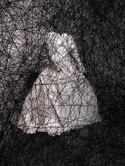 Chiharu Shiota, un univers de fils noirs mystérieux, inquiétant, poétique.