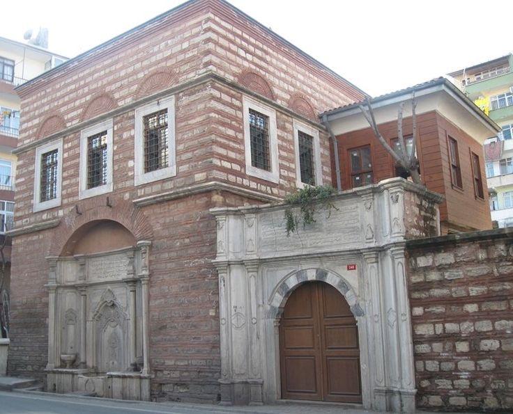 Nazperver kalfa sıbyan mektebi/Fatih/İstanbul/// Davutpaşa İskelesi Caddesi üzerindedir. 3. Selim'in kalfası Naz Perver Kadın tarafından 1792-1793 tarihinde yaptırılmıştır. Sıbyan mektebi, hazire ve çeşmeden oluşan bu küçük külliye, kendi bağımsız arsası içinde yer almaktadır. Barok üslubun ve türünün güzel bir örneği sayılan mektep iki katlıdır.