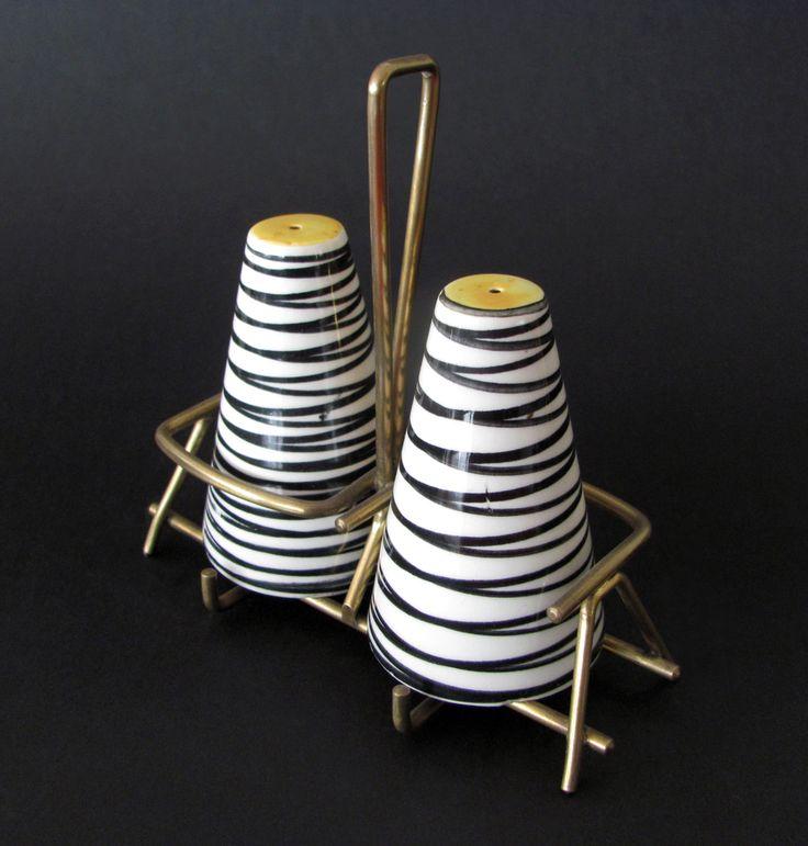 Na continuação das publicações anteriores, acrescentamos mais alguns modelos de saleiros e pimenteiros da SECLA  decorados com padrão de ri...