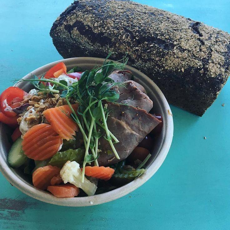 Sallad med rostbiff potatis och primörsallad toppad rostadlök serveras med pickladegrönsaker och currykräm. Har även vårt danska rågbröd klart! Välkomna! #nybakat #tisdagsöppet #sockermajas #lunch #takeaway