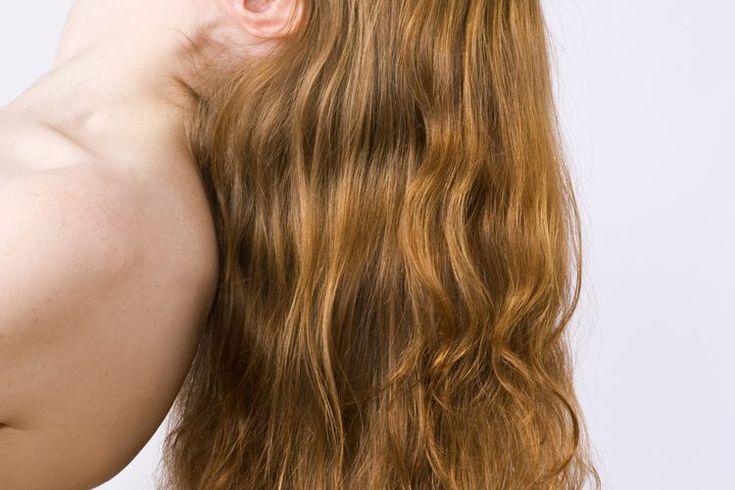 Cómo prevenir que se formen nudos en la parte posterior del cabello largo cuando se lleva suelto. El cabello largo tiende desarrollar nudos a lo largo del día. Éstos pueden formarse tanto por resequedad como por fricción en contra de otros materiales, como la tela de la que está hecha la ropa. El ...