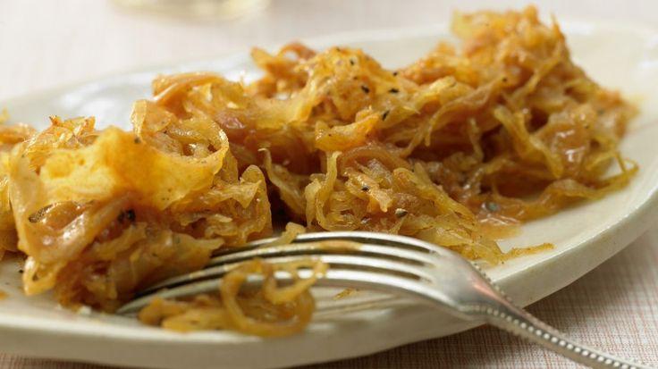 Lockt mit fein säuerlichem Aroma mit angenehm kräftigem Geschmack: Würziges Sauerkraut | http://eatsmarter.de/rezepte/wuerziges-sauerkraut