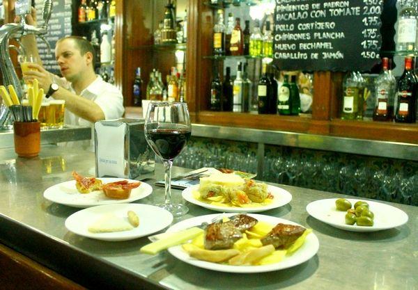 Na het werk heb je best een beetje trek, maar het duurt nog wel even voor je thuis bent en het eten op tafel komt. In Spanje ga je dan snel een bar in en bestelt wat lekkere tapas met een drankje om je grootste honger te stillen. Voor meer gezelligheid bel je natuurlijk je vrienden zodat je samen de allerlaatste nieuwtjes kunt delen.