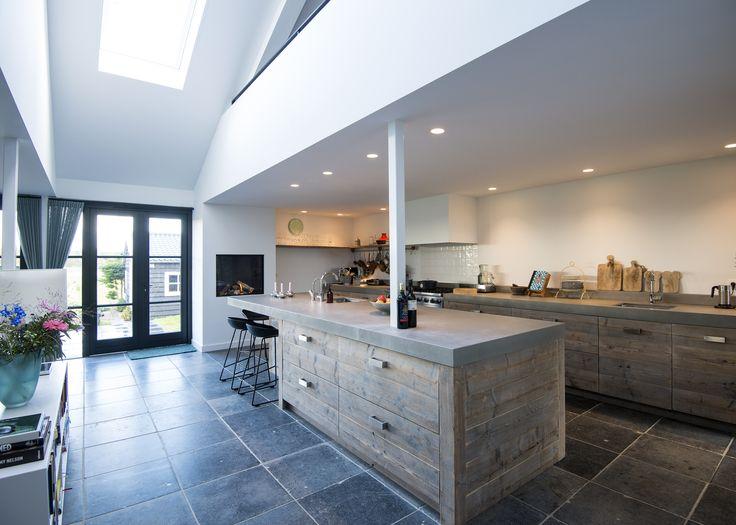 RestyleXL Moderne luxe steigerhouten keuken met betonnen werkblad