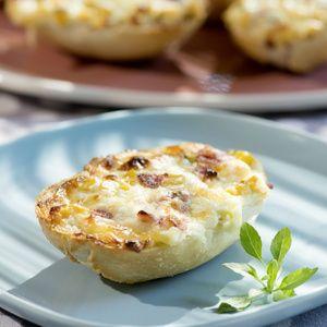 Die Salami in kleine Würfel schneiden. Den Mais abtropfen lassen. Schmand, Mais, Salami und Käse vermengen. Mit Pfeffer und Kräutern abschmecken....