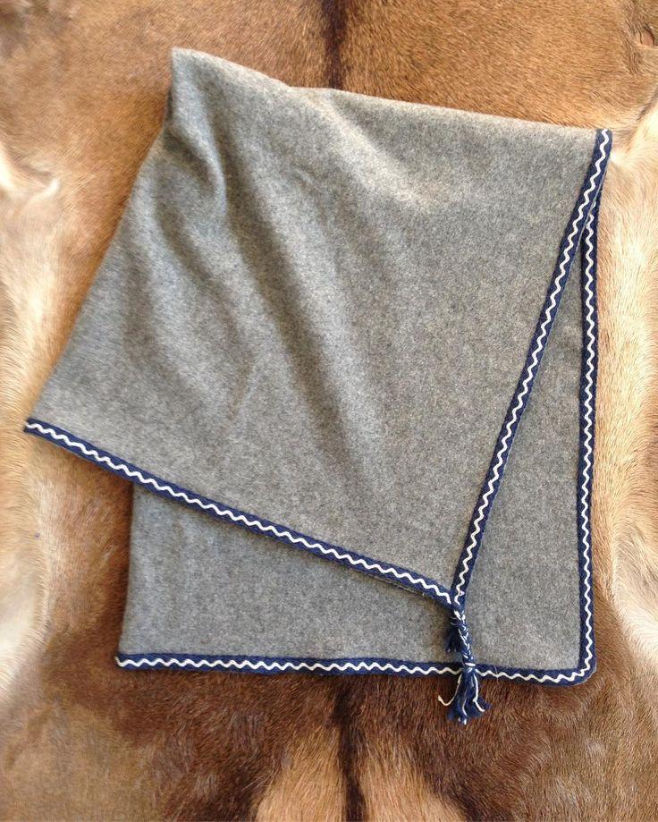 Kappe i grå tettvevd ull med brikkevevd kantbånd også i ull