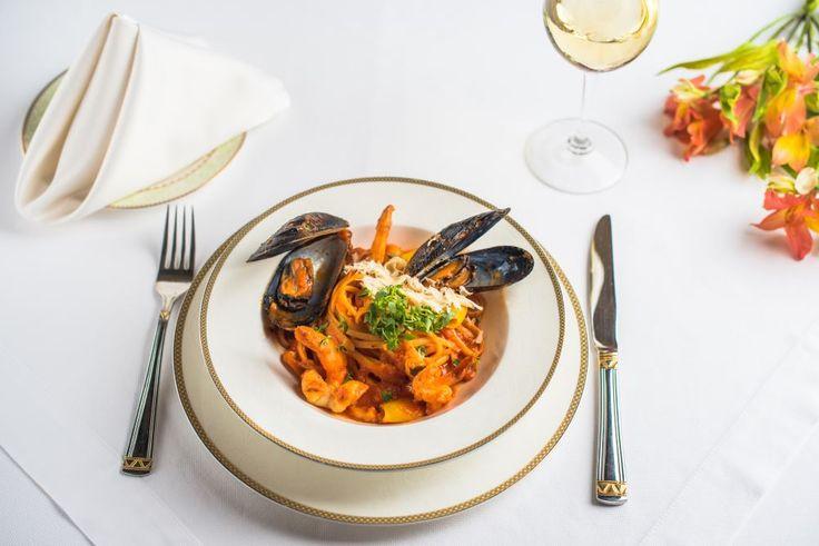 Средиземноморскую кухню можно сравнить с музыкой: она может быть как простой, так креативной и непонятной. В ресторане Le Grand подают классические лингвини с морепродуктами, а в такт к блюду наш сомелье подберет идеальное вино. Хорошего вечера!   Бронирование столиков: +380 5040 441 18 +380 4879 659 00   #legrandrestaurant #legrandodessa #bristolhotel #bristolodessa
