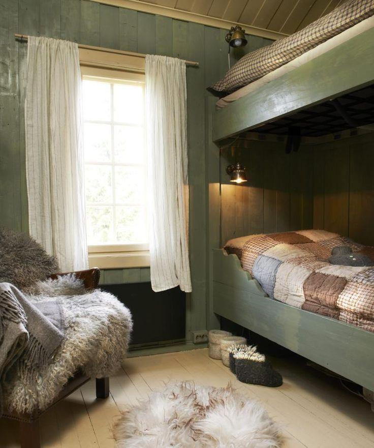 FINT FARGESPILL: På soverommet i det lille tilbygget til den tidligere stølen som er blitt hytte, er det brukt lavgrønn NCS 4010-G50Y med havregrå NCS 1010-Y20R på tak og gulv. Fargekodene er for Allbãck Linoljemaling.