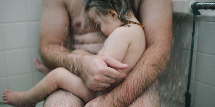 Un niño vomitando, con diarrea y temblando por la fiebre. Un padre que le consuela y trata de aliviarlo bajo el agua de la ducha. Una imagen tierna y llena de amor que una madre trata de inmort