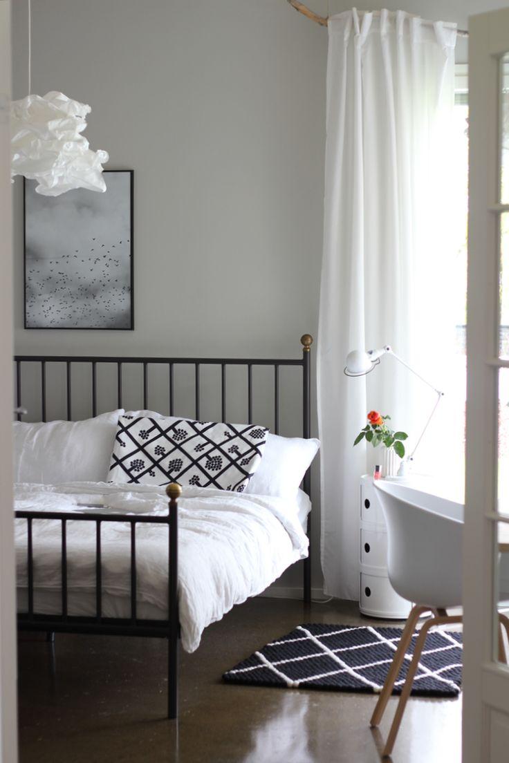 Rapatussa talossa-blogissa Minttu suunnitteli omaan makuuhuoneeseen sopivan huopapallomaton: tällä kertaa väreiksi valikoituivat aina yhtä tyylikkäät musta ja valkoinen, ja kuvioksi tietysti trendikäs timanttikuvio. Kyllä kelpaa! #Sukhi #feltballrug #blackandwhite