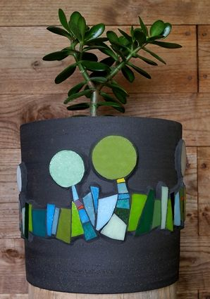 Pâte de verre Albertini sur cache-pot en terre noire chamottée by Michelle Combeau Mosaïste