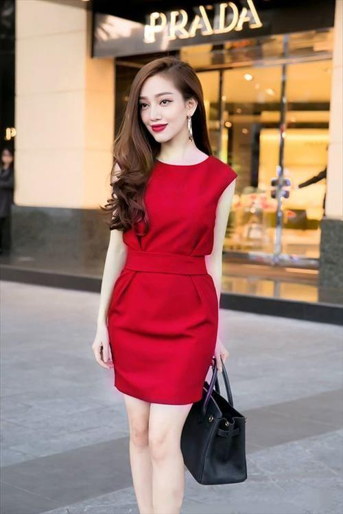 Đầm công sở màu đỏ kiểu dáng hiện đại