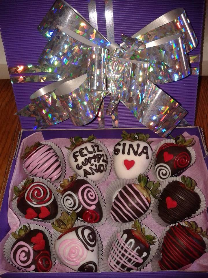 una preciosa caja de regalo con fresas decoradas y personalizadas!