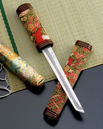 懐剣 Kaiken, is a dagger to put in a belt (OBI ) when wearing wedding kimono Uchikake. Kaiken are usually in a bag of white cloth. Women born in the former samurai were in possession of a dagger for self-defense.