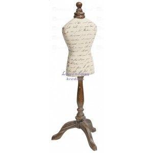 Ozdobny manekin Belldeco o drewnianej nodze i beżowym materiale pokrytym we wzór w stylu prowansalskim. Więcej na http://lawendowykredens.pl/pl/prowansalskie-dekoracje/885-manekin-retro.html