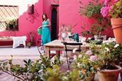 Dos propuestas con ideas para decorar un patio antiguo