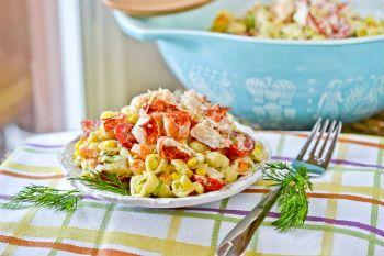 Салат из омаров с макаронами