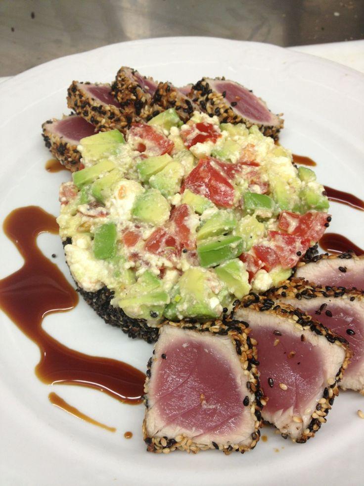 Thon poêlé avec salade de quinoa noir, avocat et feta. Vinaigrette au tamari (en anglais)