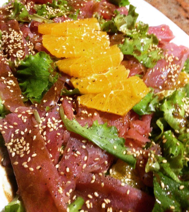 Carpaccio di tonno con insalata, arance e sesamo
