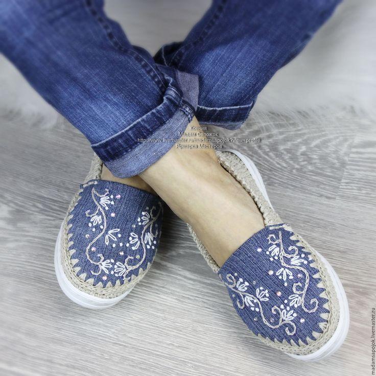 Купить или заказать Льняная обувь 'Эко МОДА' в интернет-магазине на Ярмарке Мастеров. Решила поэкспериментировать и совместить удобную льняную обувь с модной джинсовой :) Получился такой интересный микс... и удобный ... и модный ! Джинсовая часть, в том числе и стелька, вышита льном и декорирована стразами. Вязаная часть выполнена из льна натурального. Пяточка завышена. На подъёме предусмотрена декоративная выемка. Подошва удобной формы. Получилась очень удобная и интересная обувь.
